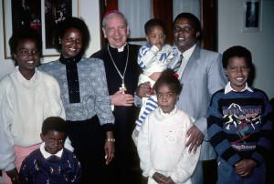 Mons. Álvaro del Portillo con una familia durante su viaje a Kenia en 1989.